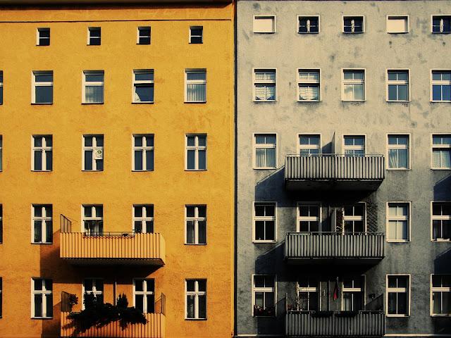 Żółty balkon vs szary balkon