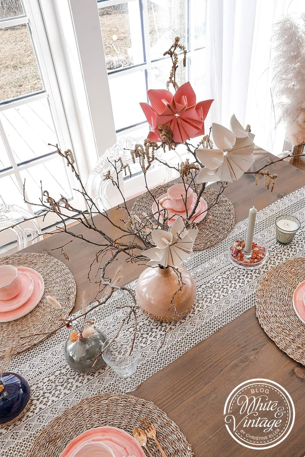 Tischdeko im Boho-Look mit Papierblumen.