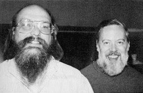 Ken Thompson ao lado de Dennis Ritchie