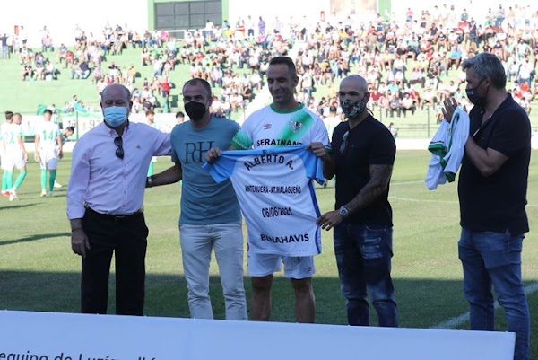 Málaga, el detalle del club con Alberto Aguilar del Antequera