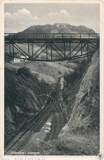 Most wiszący nad wąwozem i mijanka na stacji Srebrna Góra Twierdza; w oddali Fort Ostróg w twierdzy Srebrna Góra