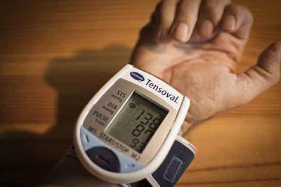 tensimeter digital pergelangan tangan