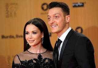 Foto Mesut Özil dengan Mandy Capristo