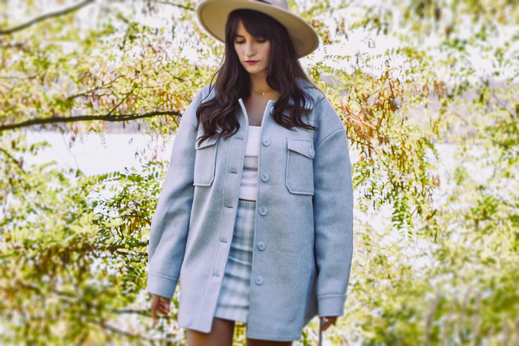 Niebieska kurtka koszulowa damska jak nosić? Kod rabatowy NAKD Lounge