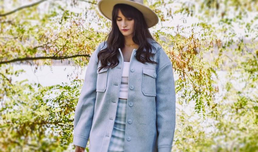 Niebieska kurtka ze sklepu NA-KD Lounge i nie tylko... Pomysły na jesienne stylizacje 2021