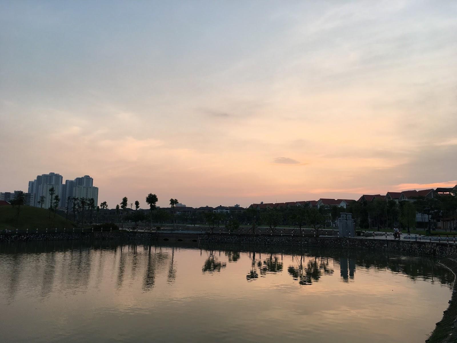 Phía hồ đối diện chung cư là các dãy biệt thự liền kề
