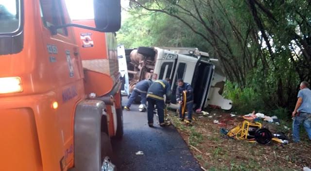 Motorista de caminhão fica preso nas ferragens durante acidente na 487
