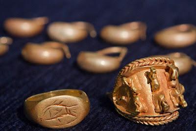 Antiguas joyas de oro encontradas cerca a la ciudad de Megido