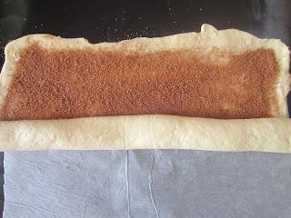 Roulez la pâte à brioche en boudin