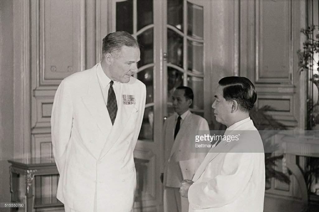 Trong ảnh là đại sứ Henry Cabot Lodge và TT Ngô Đình Diệm.