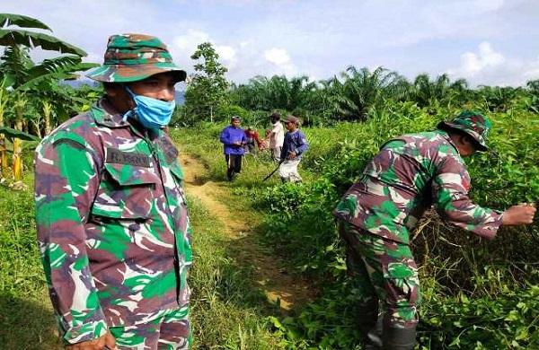 Satgas TMMD Merintis Lahan Bersama Warga Kaliorang