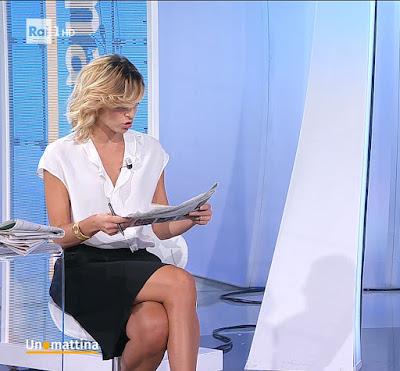 Monica Giandotti legge notizie quotidiano giornale