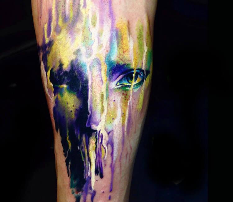 Tatuaje de un rostro que se derrite en colores