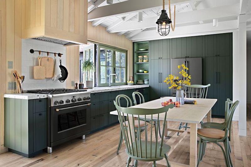 Cocina rústica de casa de campo verde y gris