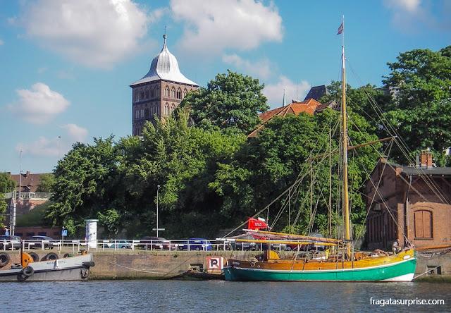 barcos no Rio Trave, em Lübeck, Alemanha