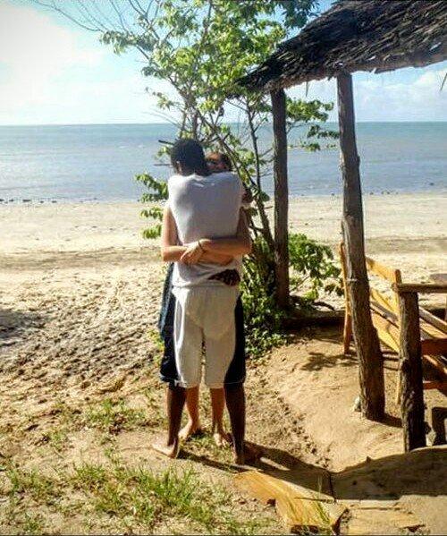Netizen Bingung dengan Foto Pasangan Ini, Ada Apa Ya?
