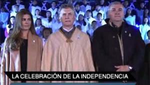 El propio presidente, Mauricio Macri, estuvo presente mientras se entonó el himno junto a cientos de personas reunidas en Humauaca, Jujuy, en el fin de la vigilia en espera de un 9 de Julio especial, en el que se conmemoran 200 años desde la declaración de la independencia.