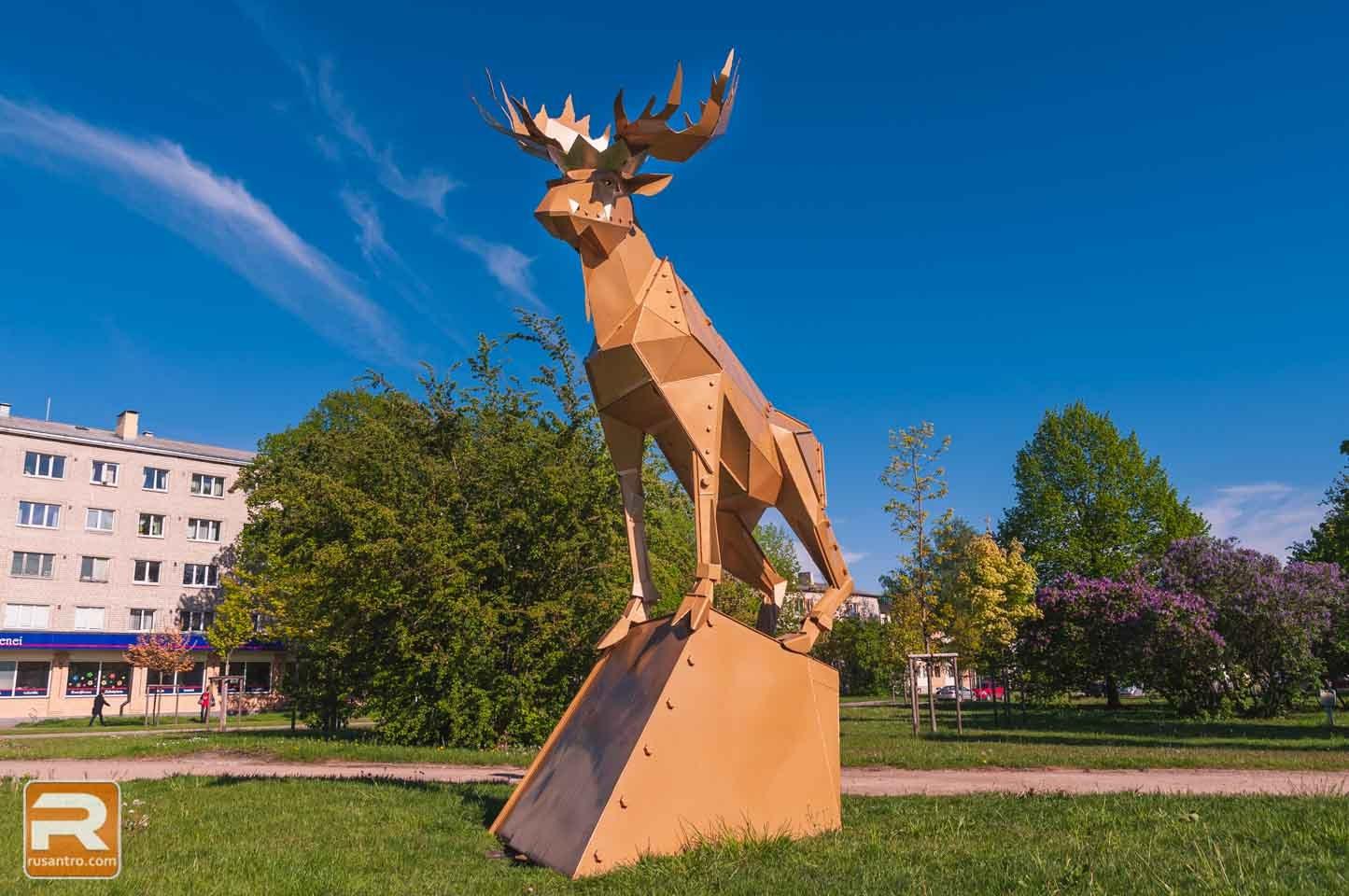 Metāla skulptūra parkā