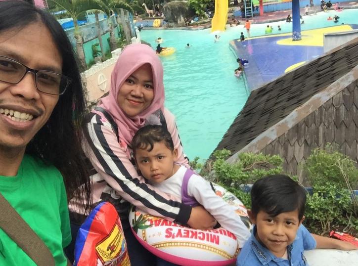 Bermain Asik Waterboom di Kolam Renang Karang Setra Waterland