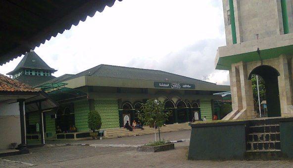 Hanya Masjid yang Bisa Mengurai Beban Hidupku yang Berat