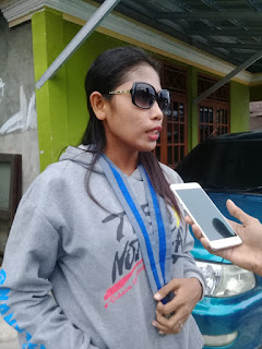 Sekretaris Cabang GMKI Tual, Nia Yanwarin, ketika diwawancarai Marrinnews.com di sela-sela aksi penggalangan dana, Kamis (08/04/2021) siang. Foto: Ones Kowarin