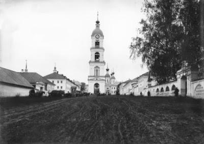 Το καμπαναριό της Ιεράς Μονής της Αγίας Τριάδος στο Ντιβέγιεβο.