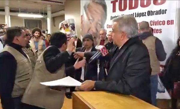 ¿Qué logra Ayotzinapa boicoteando a AMLO?