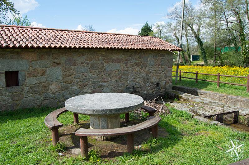 Mesa de piedra en el la parte posterior del molino