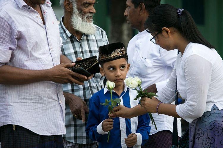 Umat Buddha Bagikan Mawar Putih Pada Warga Muslim Di Nyanmar