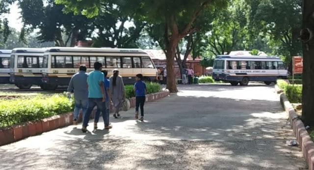 फतेहपुर सीकरी में बसों के लिए इधर-उधर भटक रहे सैलानी - newsonfloor.com