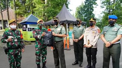 Danrem 061/Sk Berikan Penghargaan Kepada Prajuit Yang Sigap Laksanakan PAM Objek Vital