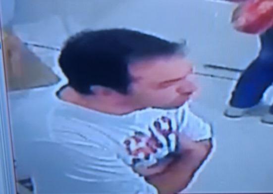 Atención: Un masculino intenta comprar con cheques falsos