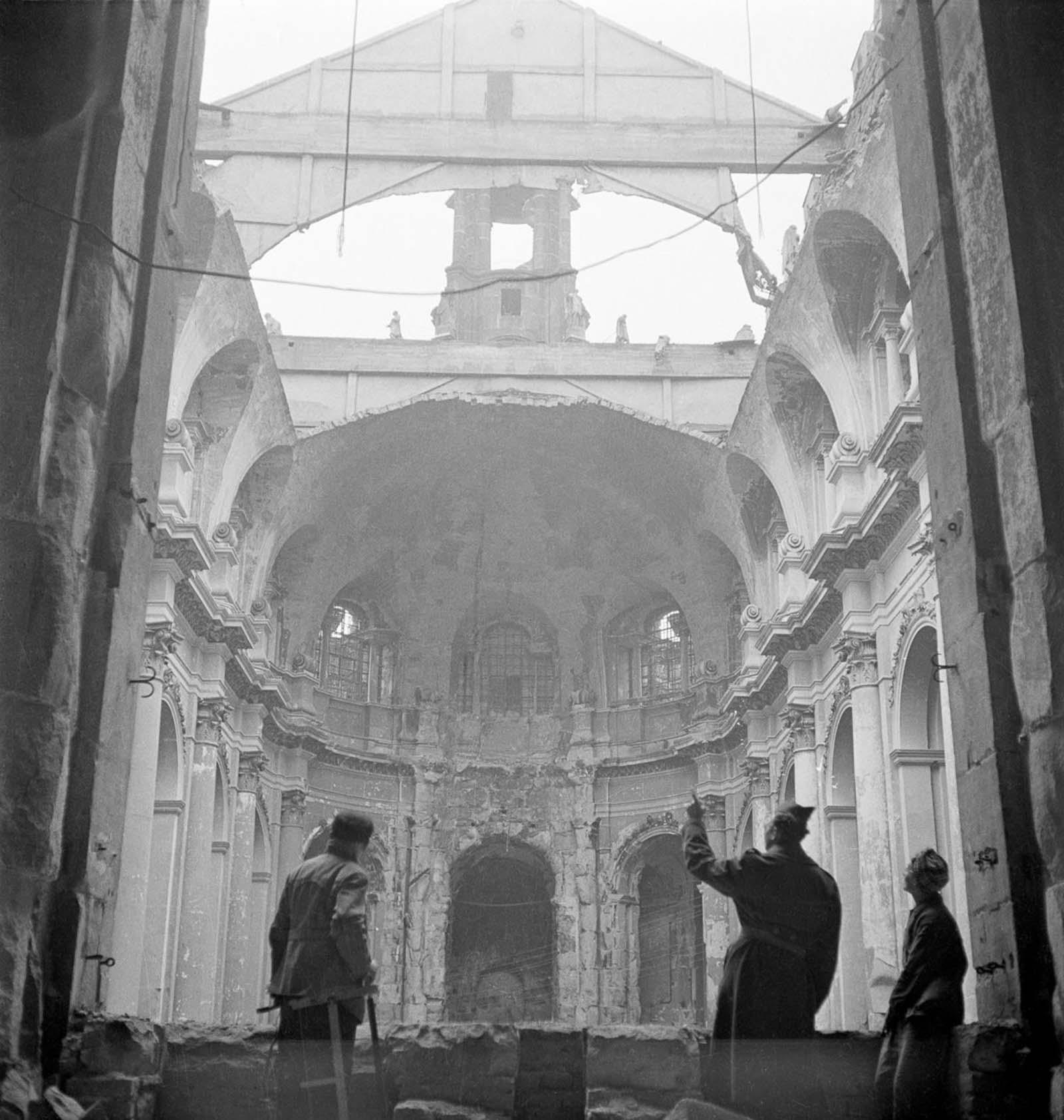 Rebuilding Dresden. 1946.