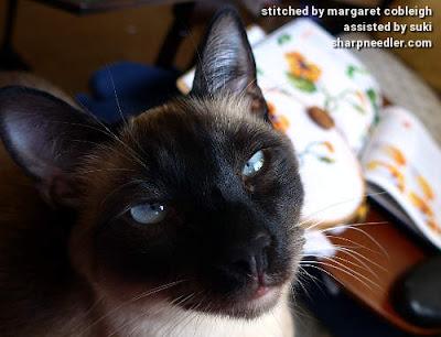 Siamese kitten helper with thread painted nasturtiums. (Catherine Laurencon Capucines (Inspirations))