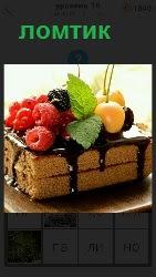 на тарелке лежит кусочек пирожного с малиной