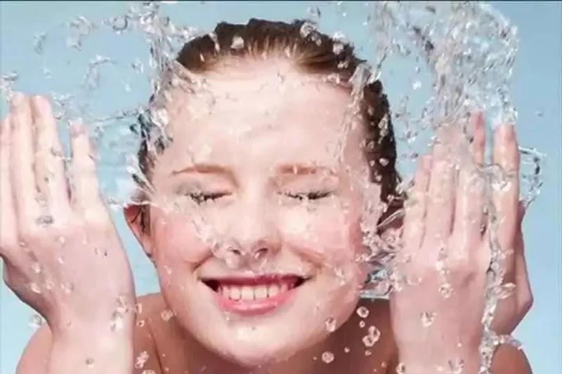 غسيل الوجه بالماء البارد