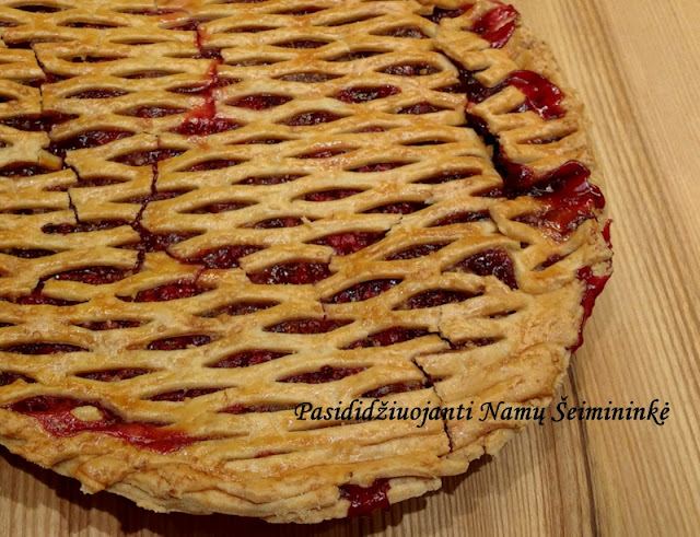 RECEPTAS: Obuolių pyragas su bruknėmis