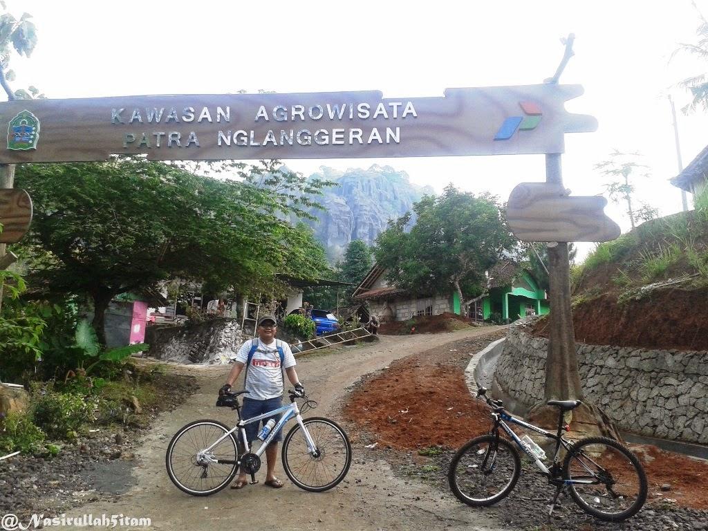 Gapura masuk ke Embung Nglanggeran, Gunung Kidul