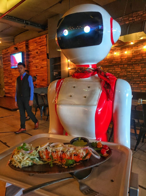 Robot serves food in this restaurant, not a waiter, see how in the video!  Just think in which restaurant you are sitting in order to eat and if the robot brings your food, how much fun will it be? If you really want to enjoy such food, then a restaurant has opened in Ahmedabad where the robot serves food.
