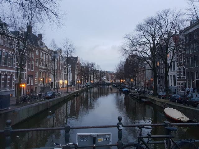 מראה אופייני באמסטרדם - תעלה, גשר בתים ואופניים