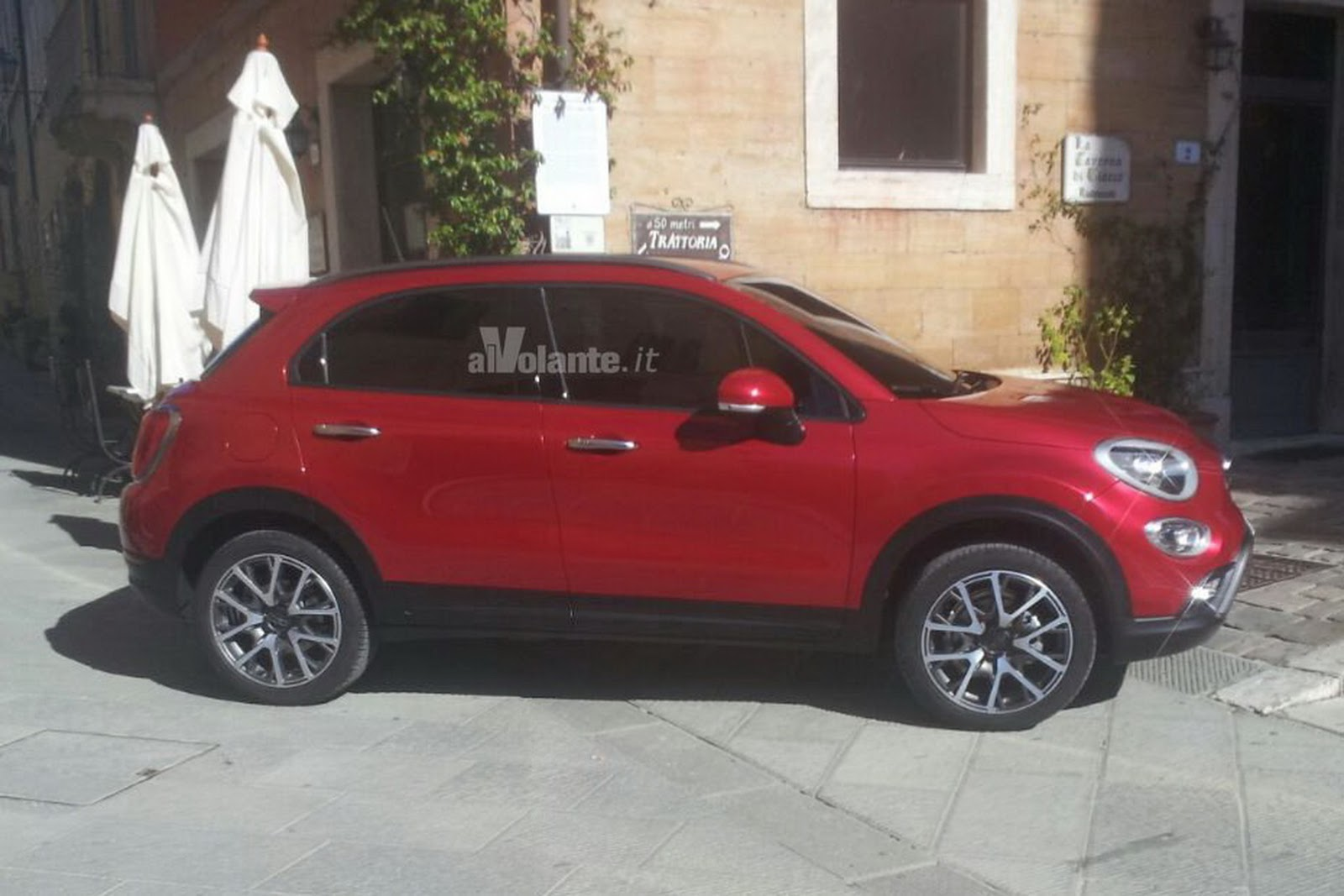 new fiat 500x crossover shows its butt in fresh photos carscoops. Black Bedroom Furniture Sets. Home Design Ideas