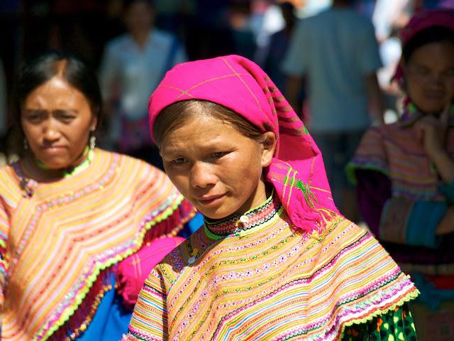 Mujeres Mong Flor en el mercado de Bac Ha