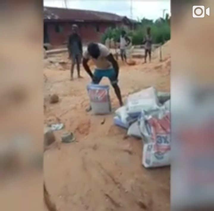 [VIDEO] Man Wins N100,000 For Carrying 50kg Bag Of Cement With His Teeth