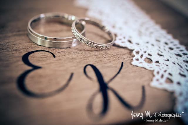 photos alliances des mariés posées sur boite en bois porte alliances avec dentelle