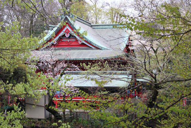 Un temple au milieu des arbres - Mitaka, Japon