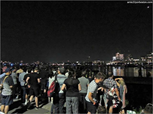 Esperando los Fuegos del Día de la Independencia en la Esplanade de Boston