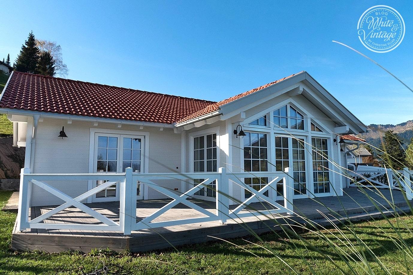 Kreuz-Zaun aus Holz als Terrassengeländer.