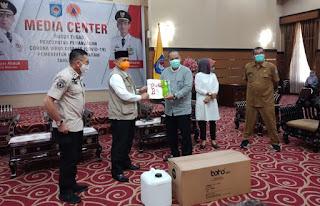 Pemprov NTB Serahkan Bantuan APD dan Hand Sanitizer ke Pemkot Mataram