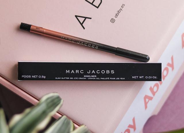 Lápiz de ojos en gel de Marc Jacobs al centro de la imagen, con la abiby box detrás