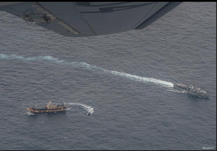 Buques de la Armada ecuatoriana rodean a un barco de pesca, detectado en un corredor internacional que limita con la zona económica exclusiva de las Islas Galápagos, en el Océano Pacífico, el 7 de agosto de 2020 / REUTERS